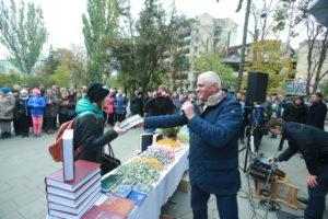 Посольство Bitcoin в Україні нагороджує переможців наукової вікторини.